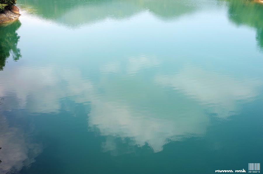 水中的藍天白雲像油畫
