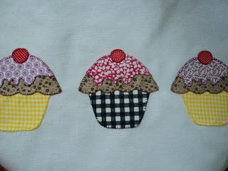 Pano de prato com cupcakes.