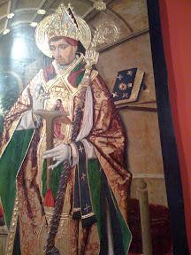 Este obispo tiene un libro con unos herrajes muy interesantes, sin embarge prefiere salir en el cuadro con un ¿rastrillo?