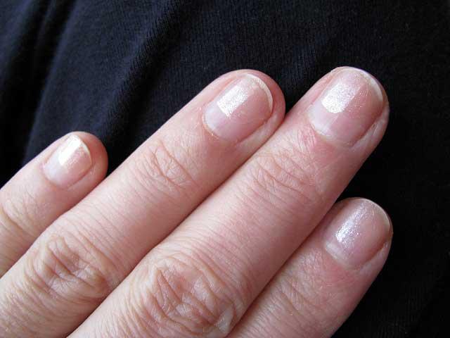 指甲上剝落的指甲油