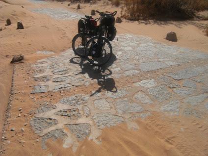 Trekking- und Reiserad T 400 vsf fahrrad manufaktur und Panther Dominance Trekking bei der Auberge Derakoua am Erg Chebbi, Marokko