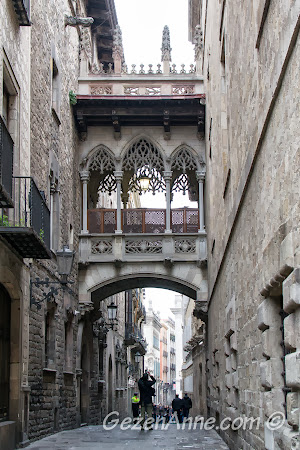 Barri Gotik'te dar sokaklar, Barselona