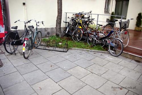 Stojaki bywają także takie - wyrwikółka. Rowerzyści wybierają więc bezpieczniejsze dla rowerów przypinanie do barierek.