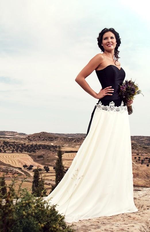 Vestido de novia con corset negro