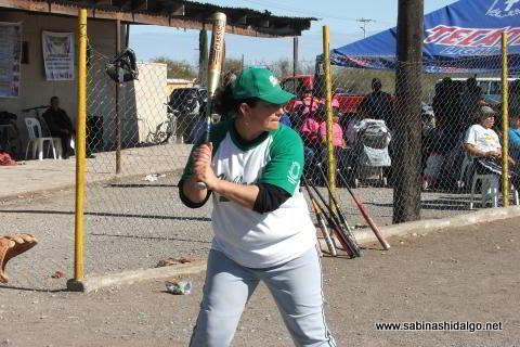 María Montemayor de Pioneras de Vallecillo en el softbol femenil del Club Sertoma