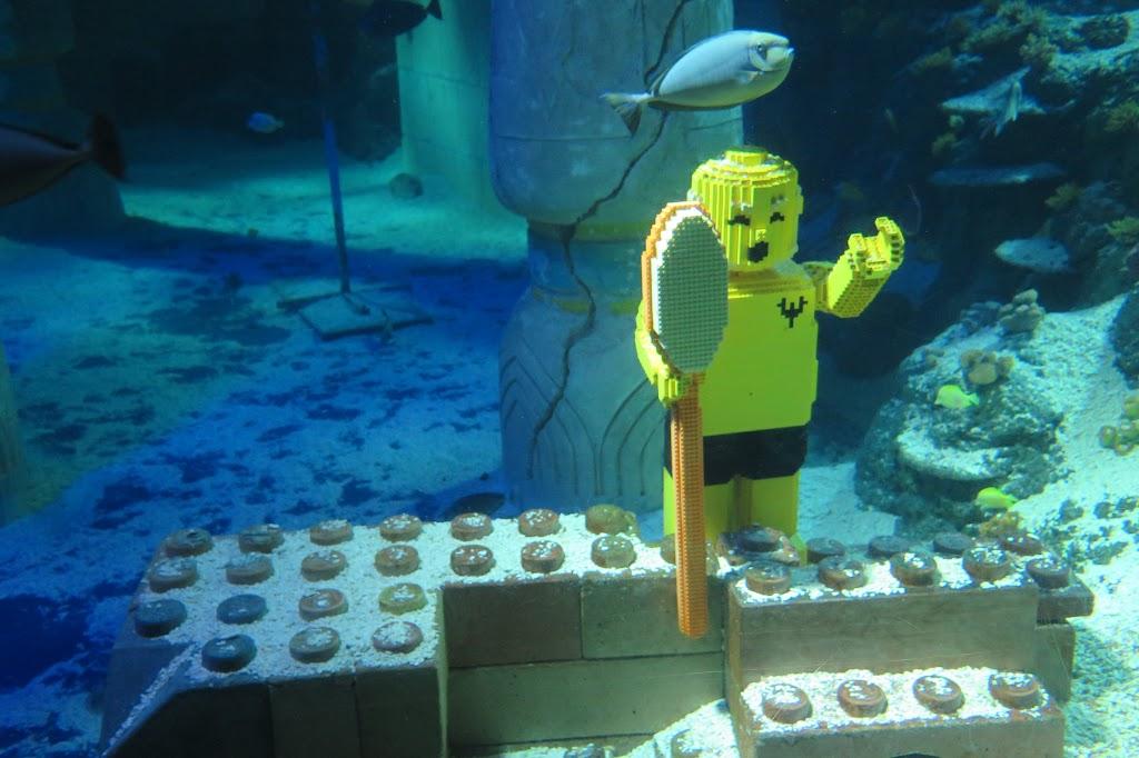 Die Kombination von Aquarium und Lego wirkt eigenartig