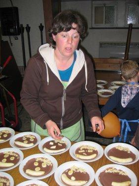 De chocoladetoetjes worden afgewerkt.