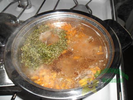 Добавляем в куриный суп специи