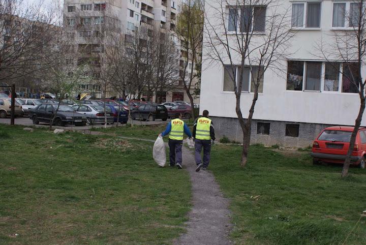 Наши служители извозват отпадъци