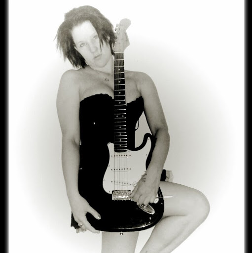 Ashlee Hewitt Photo 2