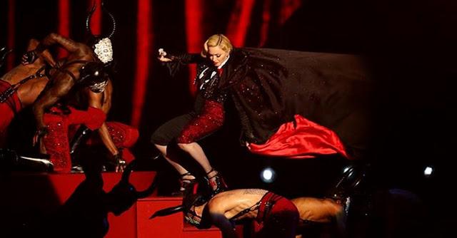 Madonna cai durante actuação no Brit Awards 2015