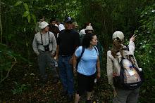 Un grupo de ciudadanos realiza un recorrido por las veredas del carso acompañados de interpretes del Fideicomiso.