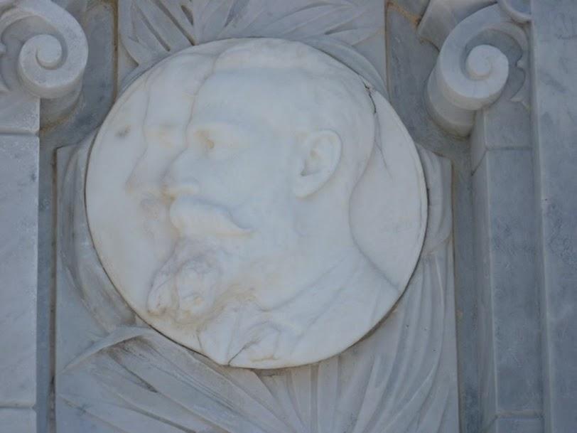 2 rostros en el mausoleo de los Bomberos, cementerio de Colón
