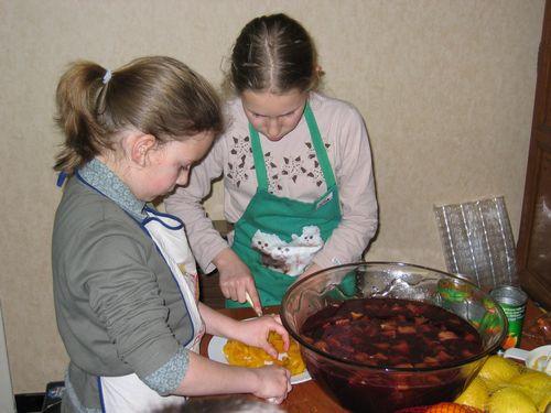 Abrikoosjes snijden voor de sangria.