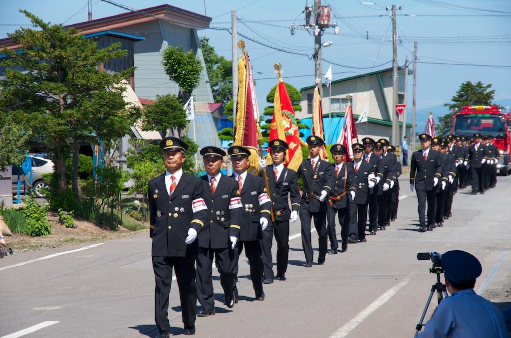 総指揮官・加藤宰 副団長を先頭に入場分列行進