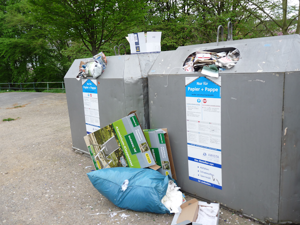 Übervolle Papier-Container.