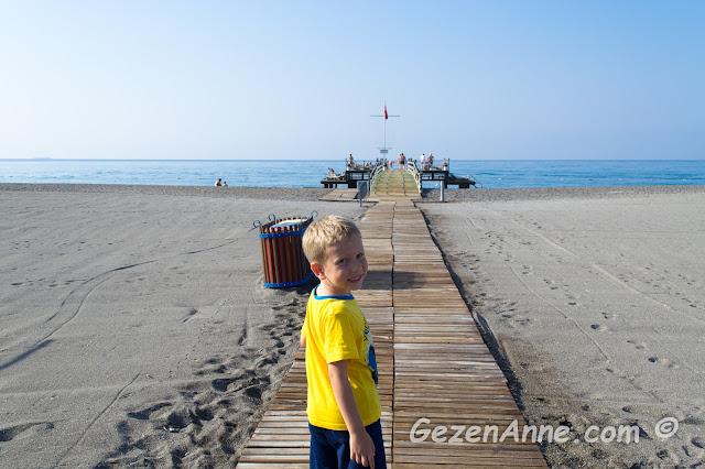 oğlumla plajda denize ve iskeleye doğru giderken, Hilton Dalaman Sarıgerme oteli
