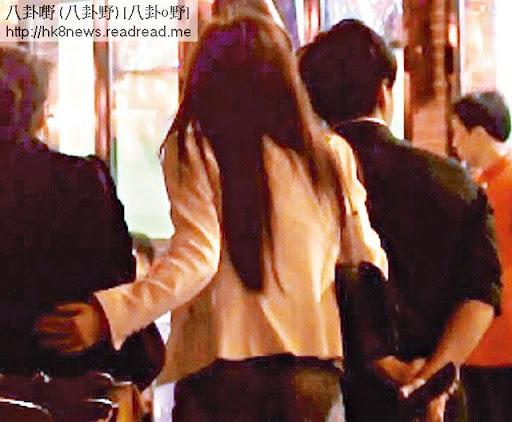 有女友做掩護,食完消夜的羅霖左手拖女友,右手則繑實𡃁仔新歡去攞車,十分 sweet。