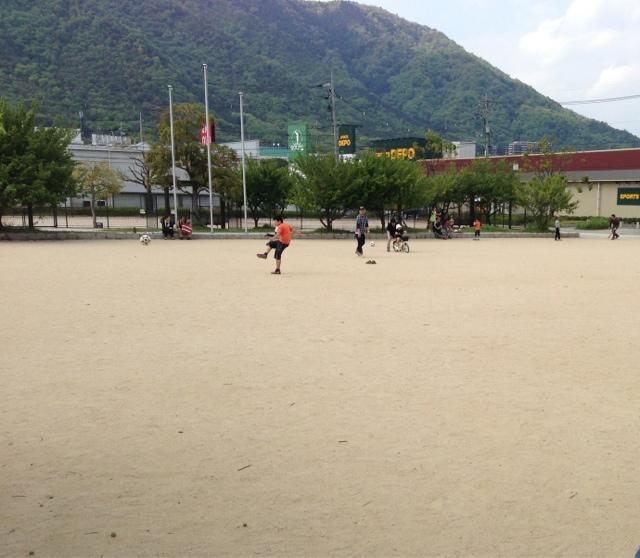公園には広いグラウンドも