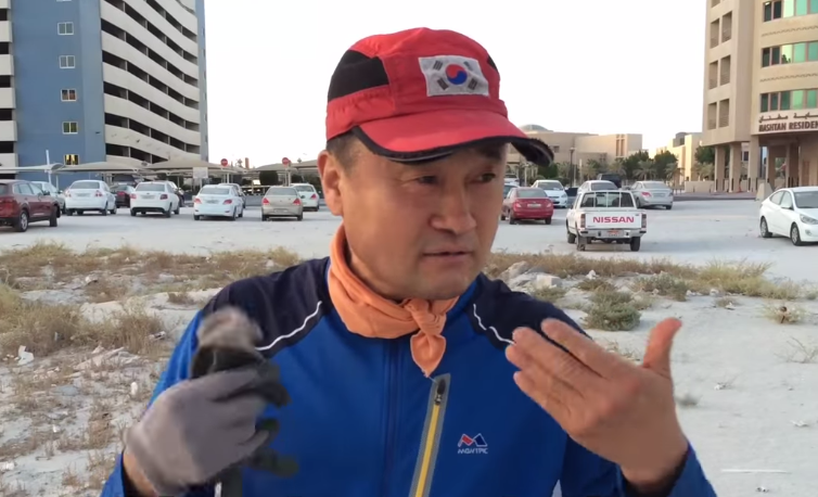 Millionaire picking up garbage every morning, WATCH this beautiful story