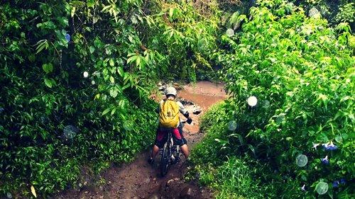 Tidak hanya jalan tanah licin, kami juga harus menyeberangi sungai yang debitnya tinggi ketika hujan turun. Ketika dilewati, dalamnya seukuran lutut orang dewasa.