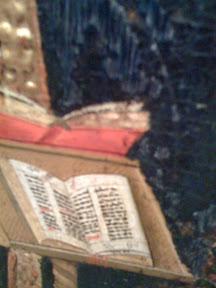 Atril doble, libro a dos columnas en rojo y negro, posiblemente un misal o un breviario.
