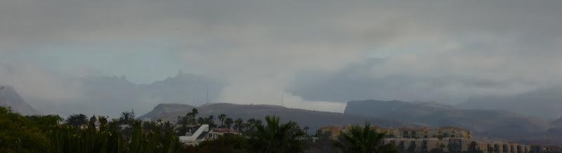 Panorama von der wolkenverhangenen Bergwelt Gran Canarias. Maspalomas.