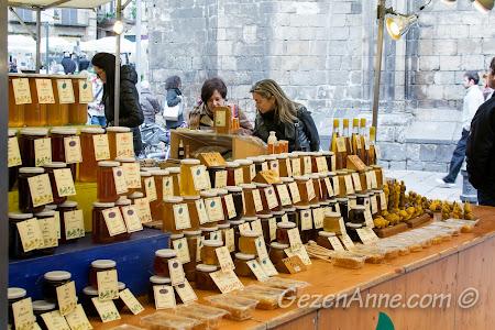 bal tezgahları, Plaça del Pi'de yöresel ürünler pazarı Barselona