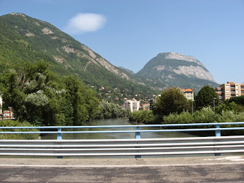 Vue sur la Chartreuse depuis le pont sur l'Isère à Grenoble
