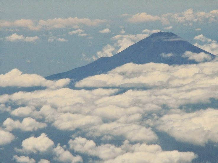 núi phú sĩ trong mây