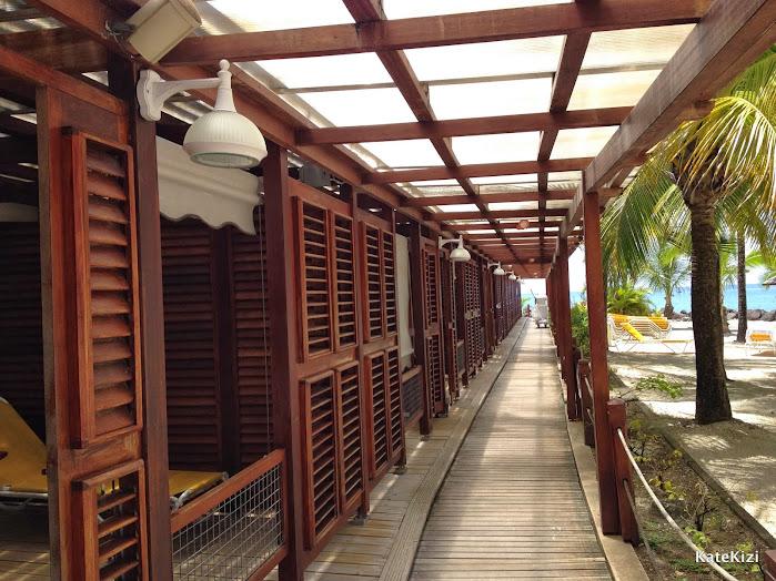 Отель состоит из двух частей - основной корпус с рестораном, барами, спа и нижняя, с небольшими частными террасами и выходом на пляж