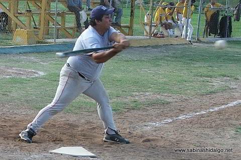 Víctor Hugo Chávez bateando por Cárdenas Trucking en el softbol sabatino
