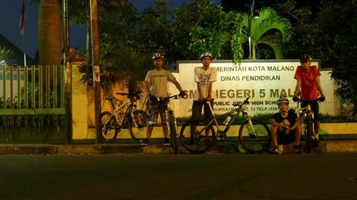Pukul 04.30 kami berkumpul di depan SMP Negeri 5 Malang.