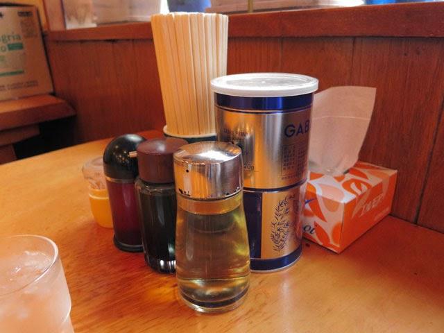 店内のテーブル上の調味料類