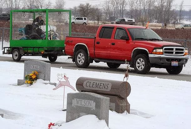 Americano é sepultado embalsamado a conduzir a sua Harley Davidson dentro de caixão transparente