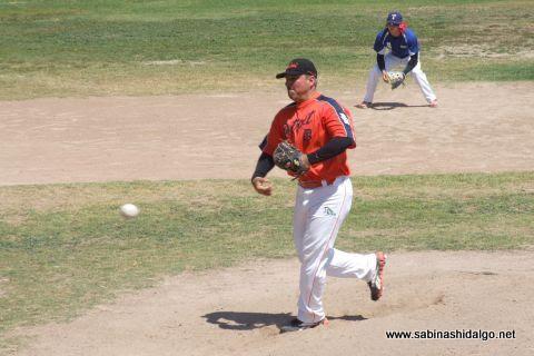 Amaniel Sánchez lanzando en el softbol dominical