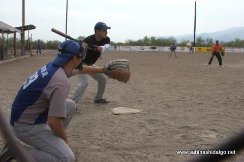 Jesús González, pitcher y Martín González Espinoza, catcher, del SUTERM en el softbol del Club Sertoma