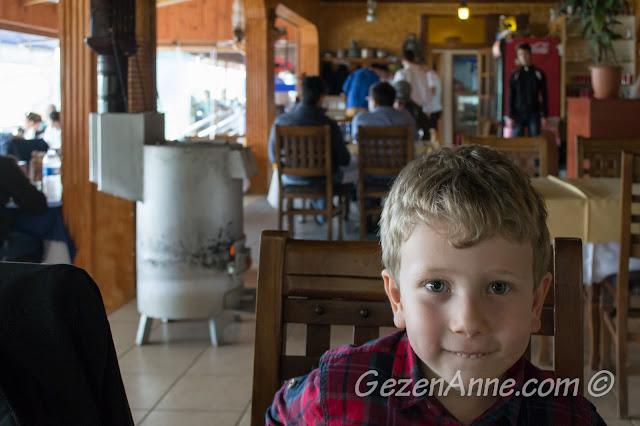 sıcacık sobanın yanına oturmuş balıkları beklerken, Poyraz Sahil Balık Restoran