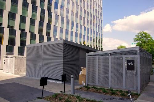 """Zadaszony, zamykany i monitorowany parking na rowery obok biurowca """"Green Towers"""""""