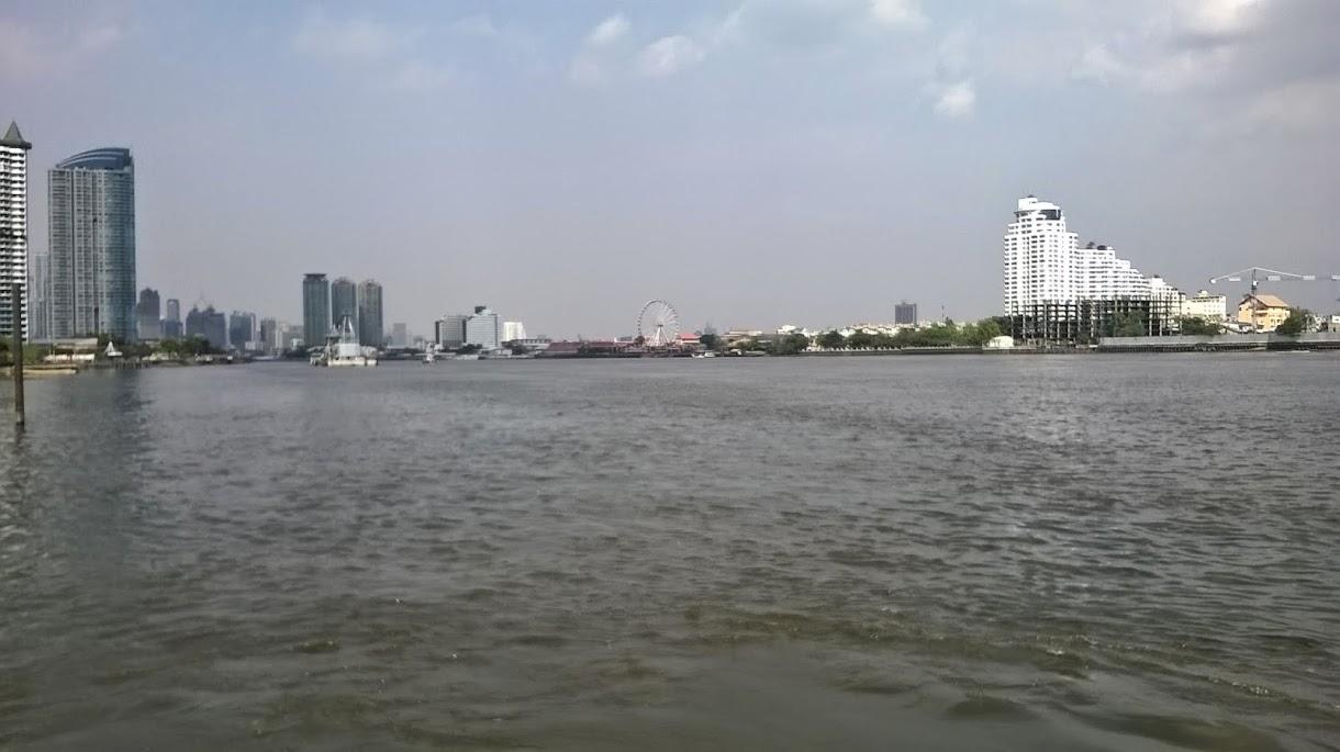 Rechte Seite Ramada Menam Riverside und dahinter die 3 Türme des neuen Chatrium Hotels