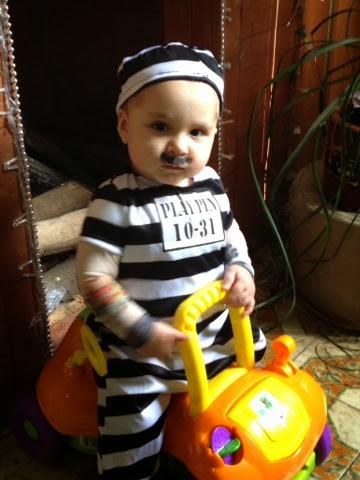 Hijo disfrazado de prisionera de cárcel