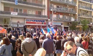 Ο ΜΠΕΟΣ?? σημαιοφόρος στην παρέλαση της 25ης Μαρτίου και ο ευσταλής... παλαιός πολιτικός εκεί γαντζωμένος στην εξέδρα της εξουσίας μπροστά απ
