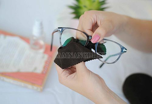 Sử dụng vải mềm lau mắt kính sạch