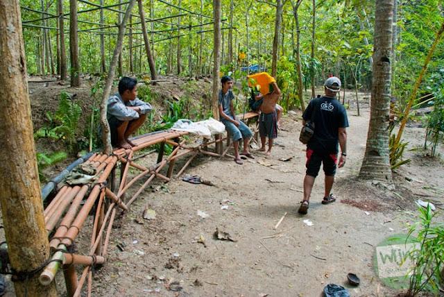 Bangku-bangku yang disediakan sebagai tempat istirahat pengunjung di Desa Wisata Kedung Pengilon di Kecamatan Kasihan, Bantul, Yogyakarta dipadati oleh pasangan muda-mudi yang sedang memadu kasih