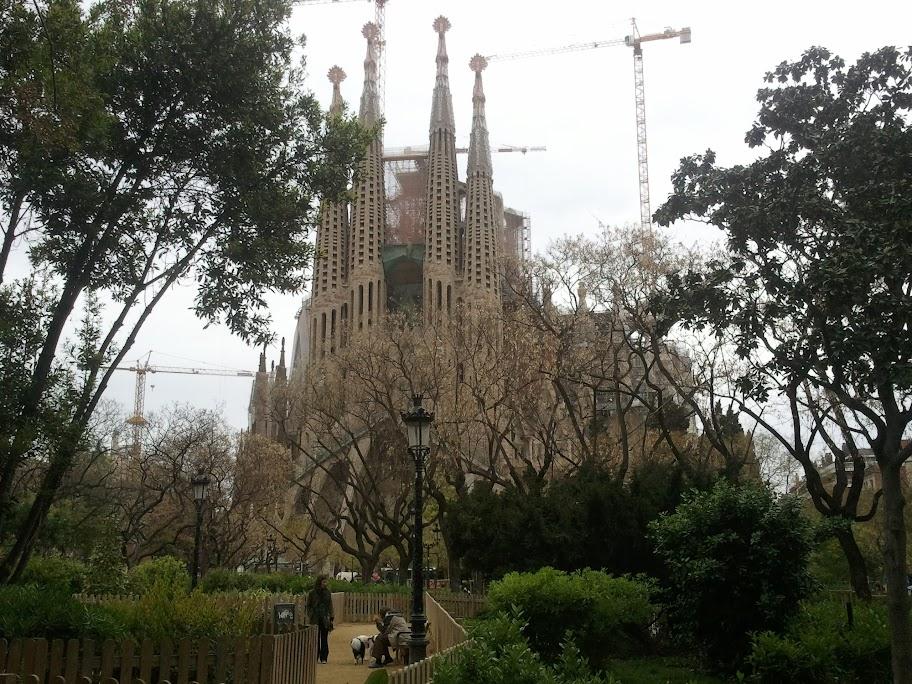 La Sagrada Familia med hundrastgård framför