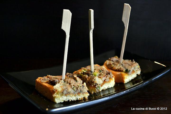 Crostini di pane con il ripieno di fegatini