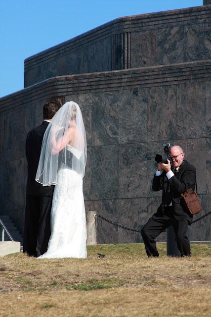 Наречена, наречений і фотограф