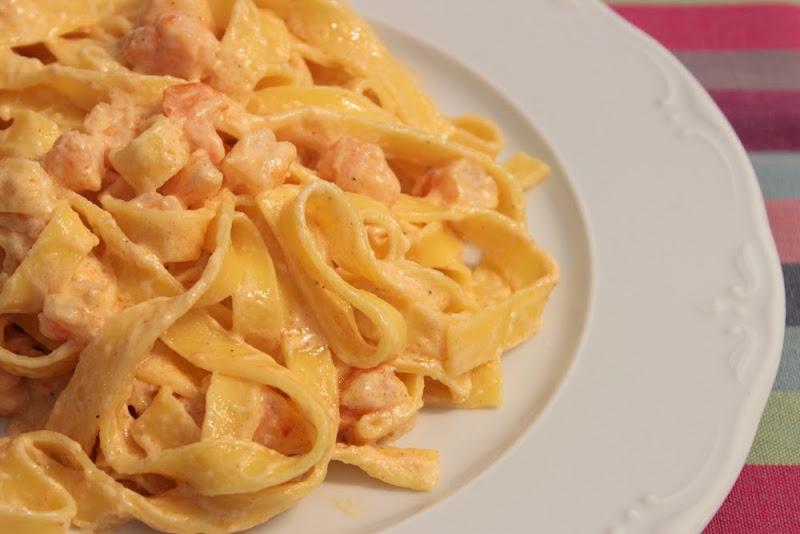 Tallarines de pasta fresca con nata y langostinos
