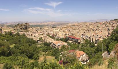 Sizilien - Überblick über die Stadt Corleone vom Wasserfall der Stadt aus.