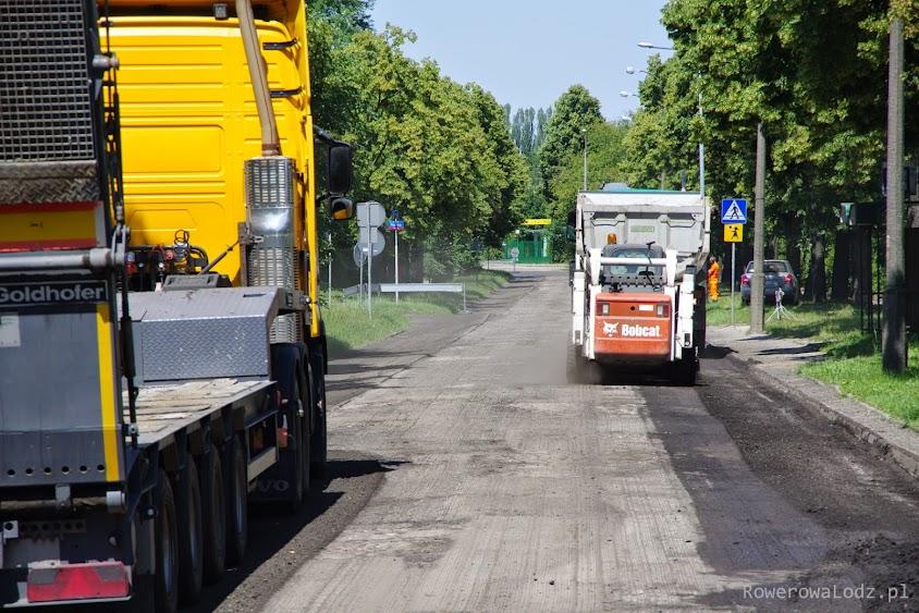 Pierwszy dzień prac, a już nie ma pierwszej warstwy asfaltu.